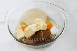 Добавить масло, мёд, соду. Поставить на водяную баню на 10 минут, постепенно размешивая смесь до однородного состояния.