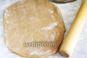 Разделить тесто пополам, раскатать каждую часть в пласт толщиной 0,5-0,7 см.