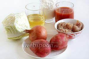 Для пирожков на томатном тесте возьмём томатный сок, растительное масло, муку, разрыхлитель, капусту, картофель, лук, немного фарша (уже с луком), соль и перец по вкусу.