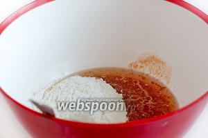 Соединить томатный сок, соль, растительное масло. Добавить муку с разрыхлителем. Сразу всю муку бухать в жидкость не нужно. Сначала добавить 1 стакан — размешать, потом второй и снова размешать.