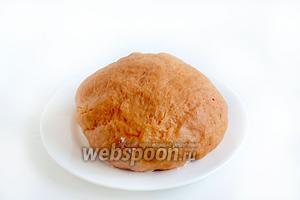 Должно получиться мягкое тесто, как мочка уха. Возможно, немного муки ещё и останется. За счёт растительного масла тесто совсем не липнет к рукам. Накрыть его плёнкой и оставить на столе, пока готовится начинка.
