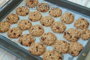 Нагреть духовку до 180°С и печь печенье 12-14 минут. Главное, — не передержать, чтоб оно не стало жёстким. Печенье остудить, полить растопленным шоколадом по желанию и можно подавать. Приятного аппетита!