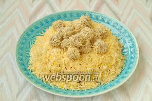 Уложить шарики на поверхность салата хаотично. Вкусный салат готов! Приятного аппетита!