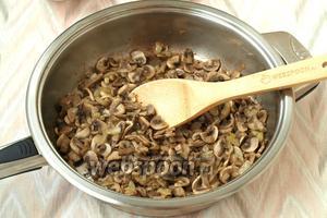 Пока филе будет вариться, займёмся шампиньонами. Их следует нарезать тонкими пластинками, также измельчить лук. Разогреть в сковороде масло, обжарить шампиньоны с луком, в конце посолить и поперчить. Оставить остывать.