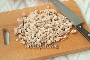 Когда индюшиное филе будет готово, его следует остудить и нарезать кубиками.