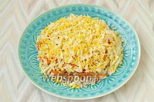 Выложить яйца сверху моркови, также смазать майонезом.