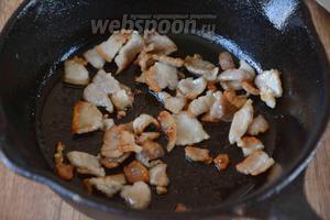 Обжарить на разогретой сковороде, до золотистого цвета.