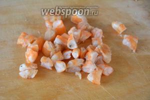 Креветки отварить, очистить от панциря, порезать кубиками.