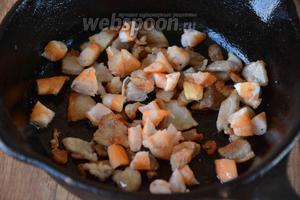 Добавить креветки к бекону. Обжаривать 2 минуты на среднем огне.