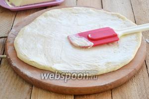 Каждую часть раскатываем толщиной 4-5 мм. Каждую лепёшку обильно смазать растаявшим сливочным маслом.