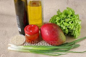 Подготовим ингредиенты для салата: манго, лук зелёный, листья салата, кунжут, масло кунжутное, бальзамический уксус, острый перец (у меня острый перец в масле).