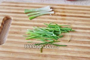 Перья зелёного лука нарезаем в длину тонкой лапшой.