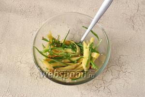 Заправляем манго и лук заправкой, оставляем немного мариноваться, примерно на 7-10 минут.