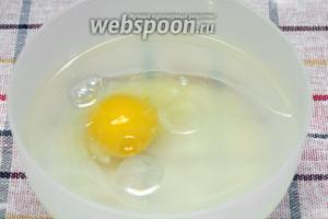 Соединим воду, сахар, соль, яйцо и 2 столовые ложки подсолнечного масла.