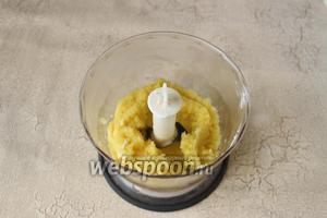 Манго очистим от кожицы удалим косточку. Измельчаем манго в пюре с помощью блендера, добавляем мёд или сахар по желанию.