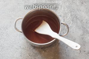 На среднем огне разводим 200 г шоколада в 180 мл воды. Часть воды можно заменить на ликёр или любой другой подходящий кондитерский ароматизатор.)