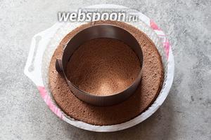 Вырезаем из бисквитных коржей круги диаметром 18 см.