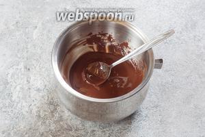 Где-то через 0,5 часа с начала охлаждения торта начинаем готовить покрывало. Для этого растапливаем на водяной бане измельчённый шоколад.