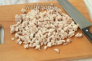 Индюшиное филе сварить в подсоленной воде, нарезать кубиками.