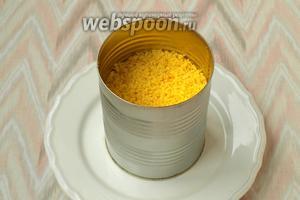 На плоскую тарелку поставить в центр форму, в которой будем собирать салат. У меня эту роль выполняет консервная банка, обрезанная с двух сторон. Выложить салат слоями, промазывая хорошо майонезом: сначала чернослив, затем индюшиное филе, смешанную корейскую морковь с орехами, сыр с чесноком и майонезом, белки и желтки. Каждый слой хорошо прижимать, чтоб салат впоследствии не развалился.