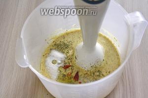 После того как вмешали все масло, необходимо добавить все оставшиеся ингредиенты. Соль, сахар и горчица, уксус - обязательные составляющие майонеза. Остальные специи добавляются на свой вкус.