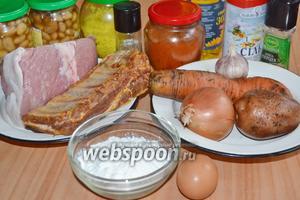 Для приготовления настоящего венгерского супа боб-гуляш нужно взять мякоть свинины, копчёные рёбра, лук, морковь, картофель, чеснок, фасоль, сладкую паприку, соль, перец, подсолнечное масло, приправу овощную (вегета) и тмин. Для чипетке взять яйцо, муку и щепотку соли.