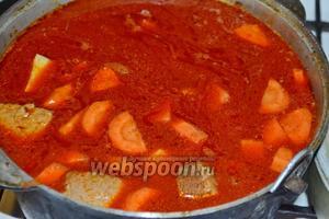 Влить воду, не доходя 2-3 см до верха казанка. Довести до кипения суп и варить 20 минут. Добавить овощную приправу, посолить и поперчить.