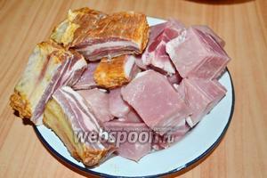 Мясо и копчёности нарезать крупно. Мясо для таких венгерских наваристых супов, в основном, режут крупно, ну, чтобы было слышно и видно, что кушаете мясо, а не фарш.)))