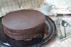Остудить до комнатной температуры и обмазать торт. Отправить торт в холодильник минимум на 2 часа.