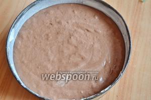 Форму (диаметр 22 см) смазать сливочным маслом и присыпать мукой, вылить шоколадное тесто и разровнять.