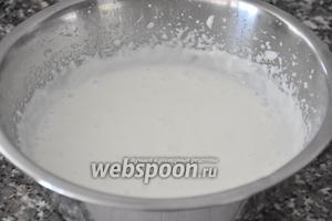 Молоко подогреть в сотейнике, добавить хорошо отжатые пластинки желатина и перемешать до полного его растворения. Желатин тоненькой струйкой влить в сметану.