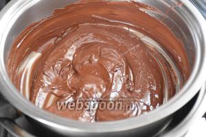 Шоколад растопить на водяной бане, добавить какао и перемешать.