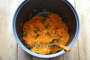 В чашу мультиварки вливаем 2 ложки масла и обжариваем овощи до состояния мягкости.