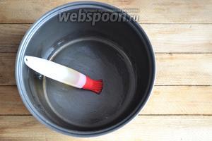 Чашу мультиварки необходимо смазать маслом.