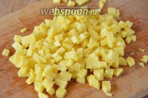 Куриный бульон поставить на огонь и дать ему закипеть. Тем временем картофель порезать мелкими кубиками.