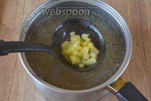 Затем добавляем в бульон картофель, убавляем огонь и варим около 20 минут.
