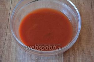 В небольшой миске соединить томатную пасту с водой, по вкусу можно добавить соль, перемешать в однородную массу.