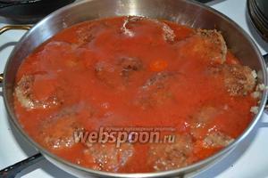 Заливаем томатной пастой гречаники, чтобы они были полностью покрыты томатом. Накрываем сковороду крышкой и тушим блюдо около 20-25 минут на слабом огне.