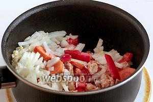 Добавить овощи с чесноком в сковороду. Жарить всё вместе, постоянно помешивая на сильном огне. Если нужно, то добавить ещё растительное масло.