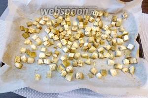Подвялим баклажанные кубики в духовке 15 минут, при температуре 190°С. Этого достаточно, чтобы они приготовились и стали мягкими. Пусть остынут.