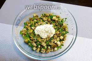 Заправим салат сметаной. Посолим и приправим перцем.