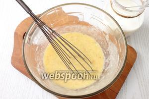 Растапливаем сливочное масло (80 г). Вливаем в яично-банановую массу сначала остывшее масло, хорошо перемешиваем и затем 350 мл молока.