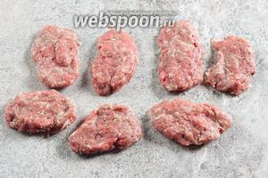 Пока греется масло, лепим 7-8 плоских ляпух из фарша (тоньше котлеты — ведь чем тоньше будет слой мяса, тем лучше оно прожарится).