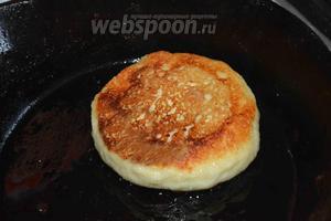 На разогретом подсолнечном масле, на среднем огне, обжариваем сырники до золотистого цвета, с 2 сторон.