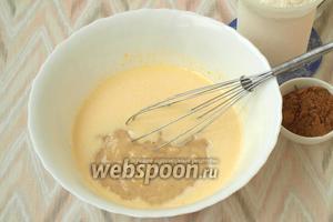 Бананы взбить в блендере или размять вилкой до состояния пюре. Добавить его в тесто.