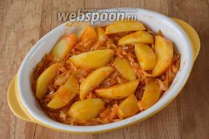 Когда картофель будет немного сыроват, сковороду снять с огня и переложить капусту с картофелем в смазанную подсолнечным маслом форму для запекания. Слой капусты должен быть снизу, картофель сверху.