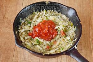 Затем, добавляем томатную пасту, перец черный молотый и прованские травы. Еще раз перемешиваем и тушим с закрытой крышкой еще минут 10.