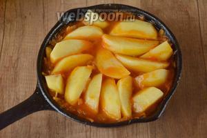 Картофель очистить и порезать дольками. Картофельные дольки укладываем сверху на капусту, не перемешиваем, закрываем крышкой и тушим до полуготовности картофеля.