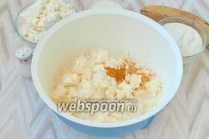 В миску просеять муку, добавить куркуму и холодное сливочное масло, которое следует нарезать кусочками.