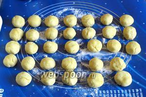 Затем каждую часть разделить на 4 шарика. Всего получится 32 шарика.